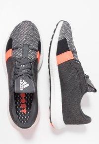 adidas Performance - SENSEBOOST GO - Hardloopschoenen neutraal - grey six/core black/solar red - 1