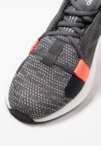 adidas Performance - SENSEBOOST GO - Hardloopschoenen neutraal - grey six/core black/solar red - 6