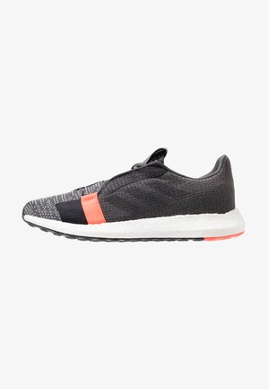 SENSEBOOST GO - Nøytrale løpesko - grey six/core black/solar red