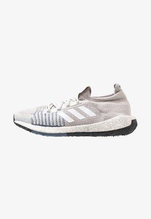 PULSEBOOST HD - Hardloopschoenen neutraal - grey one/footwear white/tech ink