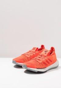 adidas Performance - PULSEBOOST HD - Nøytrale løpesko - solar red/hi-res red/core black - 2