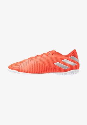 NEMEZIZ 19.4 IN - Botas de fútbol sin tacos - active red/silver metallic/solid red