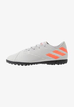 NEMEZIZ 19.4 TF - Botas de fútbol multitacos - grey two/solar orange/core white