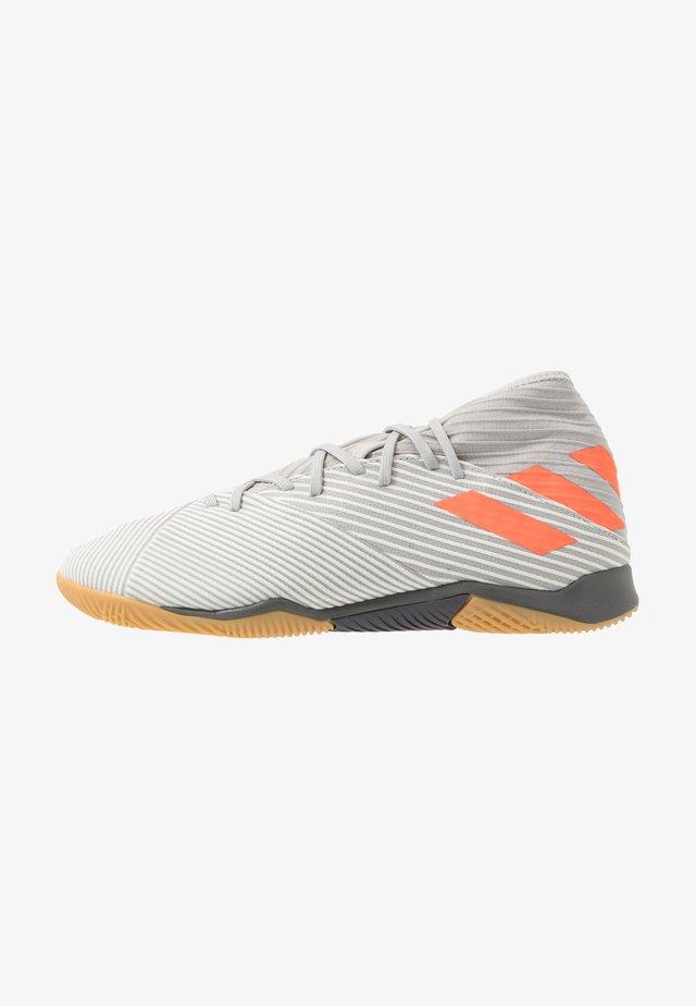 NEMEZIZ 19.3 IN - Indoor football boots - grey two/solar orange/core white