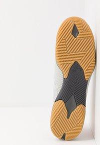 adidas Performance - NEMEZIZ 19.3 IN - Botas de fútbol sin tacos - grey two/solar orange/core white - 4