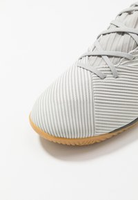 adidas Performance - NEMEZIZ 19.3 IN - Botas de fútbol sin tacos - grey two/solar orange/core white - 5