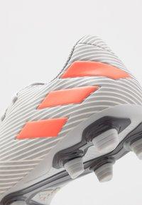 adidas Performance - NEMEZIZ 19.4 FXG - Voetbalschoenen met kunststof noppen - grey two/solar orange/core white - 5