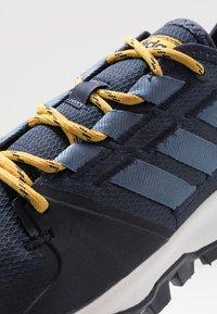 adidas Performance - KANADIA - Løbesko trail - trace blue/tech ink/active gold - 5
