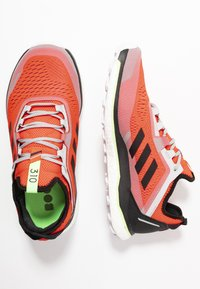 adidas Performance - TERREX AGRAVIC FLOW - Obuwie do biegania Szlak - solar red/core black/grey two