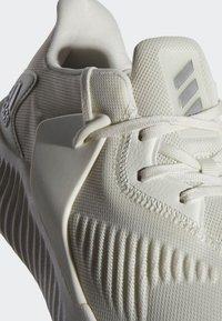 adidas Performance - ALPHABOUNCE RC 2.0 SHOES - Obuwie do biegania treningowe - white - 6
