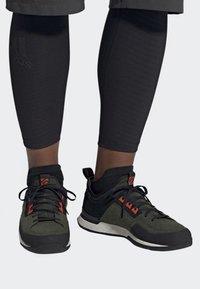 adidas Performance - FIVE TENNIE SHOES - Scarpa da hiking - green - 0