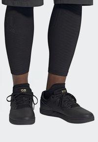 adidas Performance - FIVE TEN MOUNTAIN BIKE DISTRICT FLATS SHOES - Fahrradschuh - black - 0