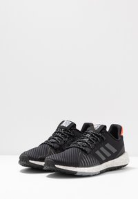 adidas Performance - PULSEBOOST HD PRCT - Neutrala löparskor - core black/grey six/solar red - 2