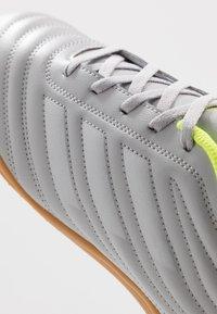 adidas Performance - COPA 20.4 IN - Botas de fútbol sin tacos - grey two/matte silver/solar yellow - 5