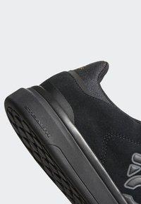 adidas Performance - FIVE TEN MOUNTAIN BIKE SLEUTH DLX SHOES - Matalavartiset tennarit - black/grey - 8