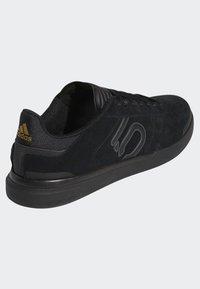 adidas Performance - FIVE TEN MOUNTAIN BIKE SLEUTH DLX SHOES - Matalavartiset tennarit - black/grey - 3