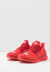 adidas Performance - PHARRELL WILLIAMS SOLARHU PRD - Neutrální běžecké boty - red/power red/footwear white - 2