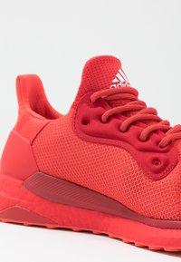 adidas Performance - PHARRELL WILLIAMS SOLARHU PRD - Neutrální běžecké boty - red/power red/footwear white - 6