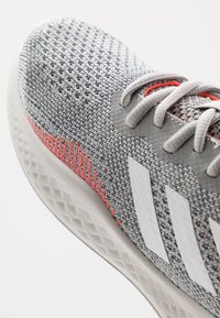adidas Performance - FLUIDFLOW - Zapatillas de running neutras - grey two/footwear white/signal coral - 5