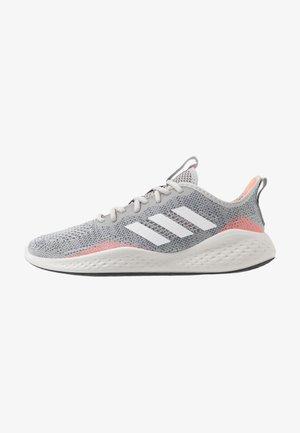 FLUIDFLOW - Nøytrale løpesko - grey two/footwear white/signal coral