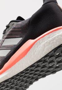 adidas Performance - SOLAR DRIVE 19 - Obuwie do biegania treningowe - core black/grey/signal coral - 5