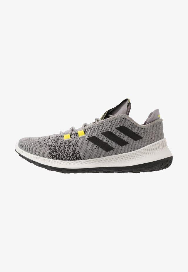 SENSEBOUNCE ACE  - Neutral running shoes - grey/core black/shock yellow