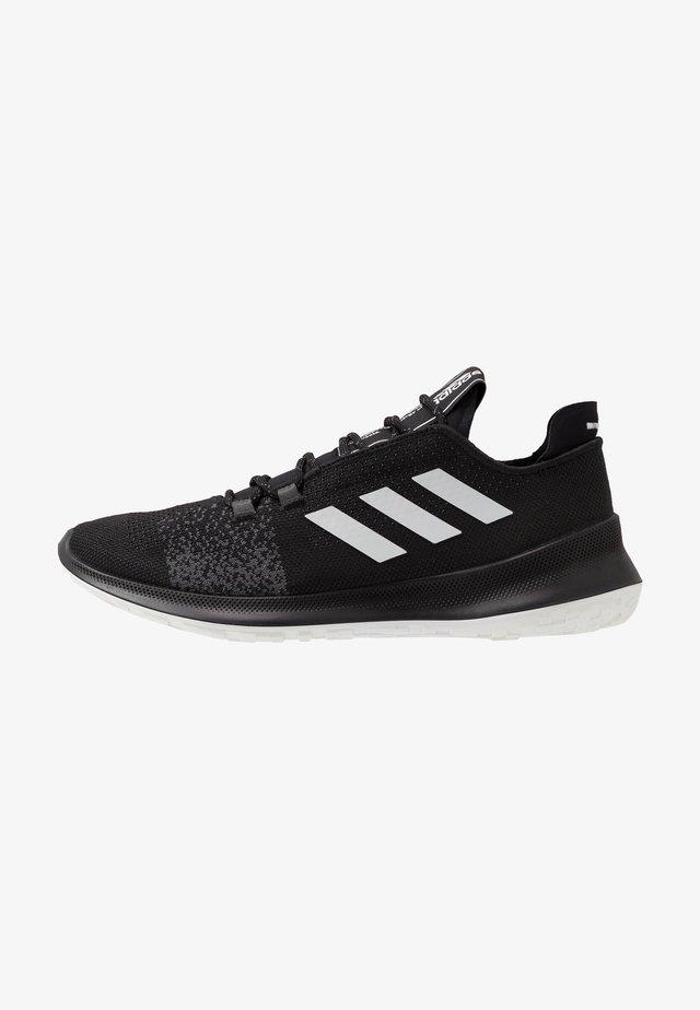 SENSEBOUNCE ACE  - Zapatillas de running neutras - core black/footwear white/grey six