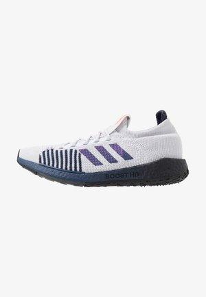 PULSEBOOST HD - Zapatillas de running neutras - dark ash grey/blue vime/tech indigo