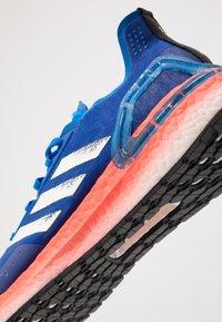 adidas Performance - ULTRABOOST - Obuwie do biegania treningowe - glow blue/core white/solar red - 5