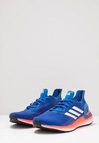 adidas Performance - ULTRABOOST - Obuwie do biegania treningowe - glow blue/core white/solar red - 2
