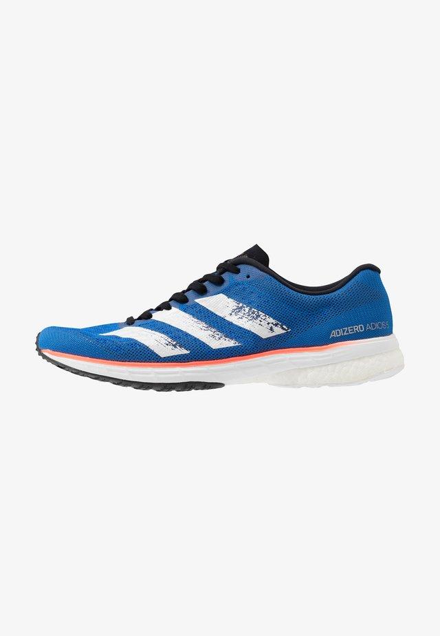 ADIZERO ADIOS 5 - Zapatillas de running neutras - glowblue/footwear white/solar red