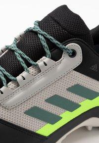 adidas Performance - TERREX AX3 GTX - Vaelluskengät - grey two/signal green - 5
