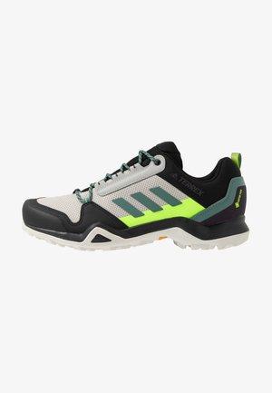 TERREX AX3 GTX - Obuwie hikingowe - grey two/signal green