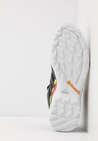 adidas Performance - TERREX SWIFT R2 MID GTX - Buty trekkingowe - core black/grey six/signal green - 4
