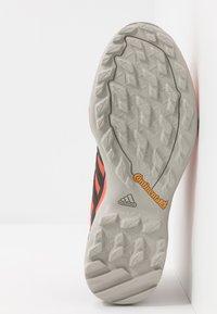 adidas Performance - TERREX SWIFT R2 - Zapatillas de senderismo - glow amber/core black/solar red - 4