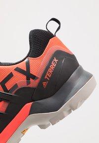 adidas Performance - TERREX SWIFT R2 - Zapatillas de senderismo - glow amber/core black/solar red - 5