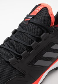 adidas Performance - TERREX AGRAVIC GORE-TEX TRAIL RUNNING SHOES - Obuwie do biegania Szlak - core black/grey four/solar red - 5