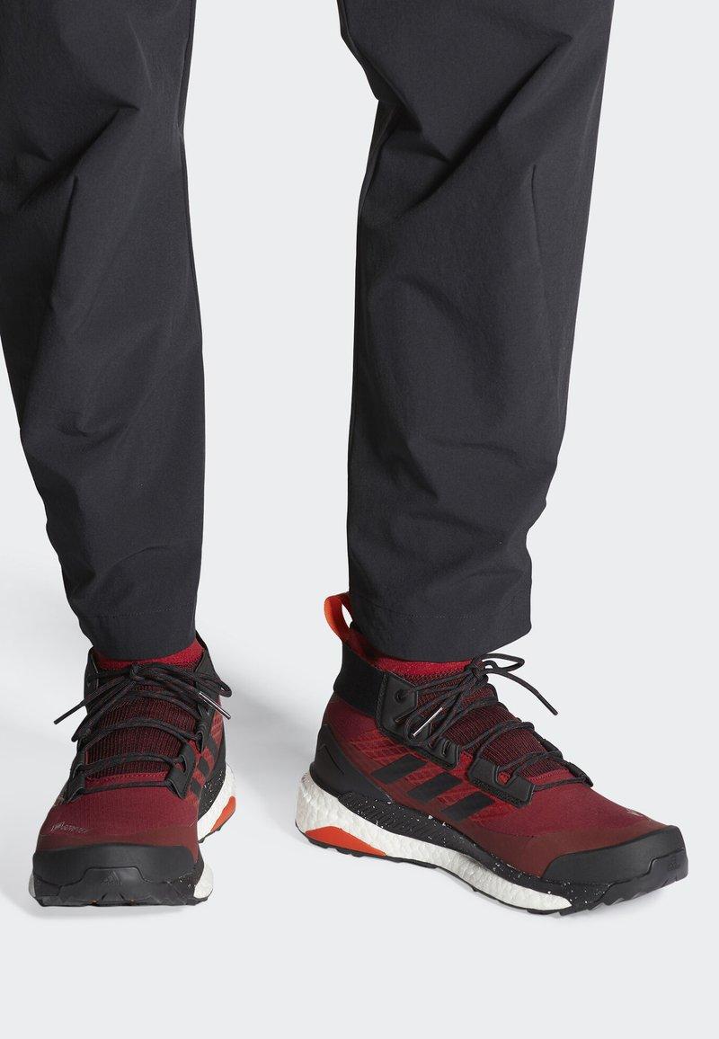 adidas Performance - TERREX FREE HIKER GORE TEX HIKING SHOES - Hikingskor - burgundy