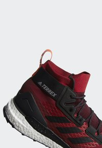 adidas Performance - TERREX FREE HIKER GORE TEX HIKING SHOES - Hikingskor - burgundy - 10