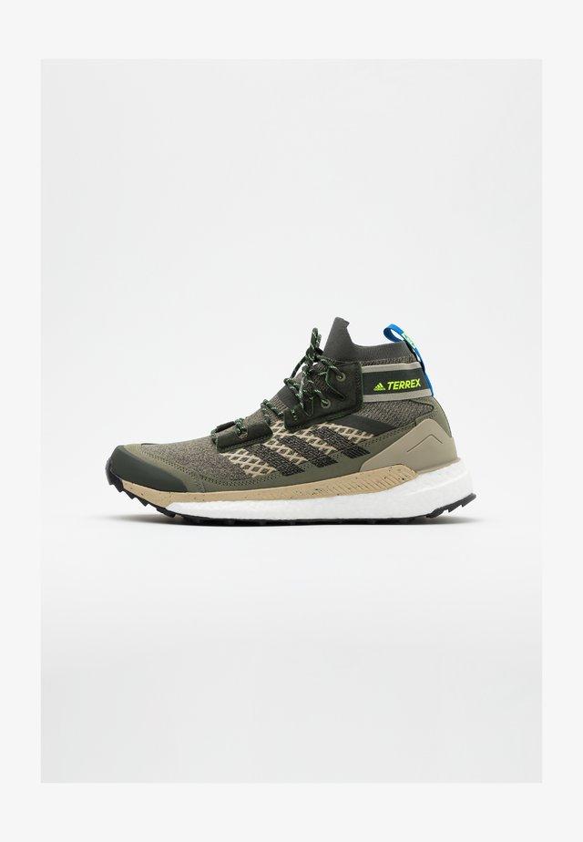 FREE HIKER BOOST PRIMEKNIT SHOES - Zapatillas de senderismo - legend green/core black/sigal green