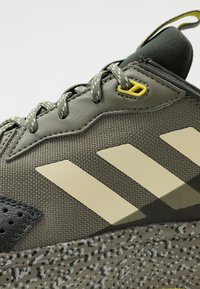 adidas Performance - RESPONSE - Zapatillas de trail running - legend green/sand/legend earth - 5