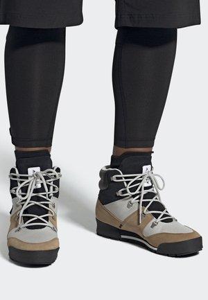 TERREX SNOWPITCH CLIMAWARM BOOTS - Stivali da neve  - grey/black/beige