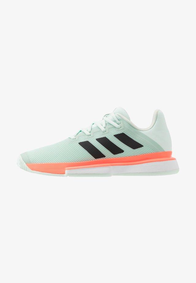 SOLEMATCH BOUNCE - Zapatillas de tenis para todas las superficies - green/core black/signal coral