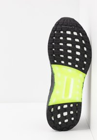 adidas Performance - ULTRABOOST A.RDY - Obuwie do biegania treningowe - core black/signal green - 4