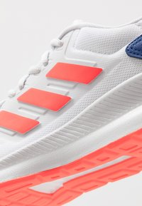 adidas Performance - RUNFALCON - Juoksukenkä/neutraalit - footwear white/solar red/dash grey - 5