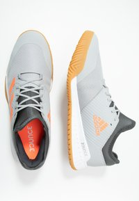 adidas Performance - COURT TEAM BOUNCE - Håndballsko - grey two/signal coral/grey six - 1