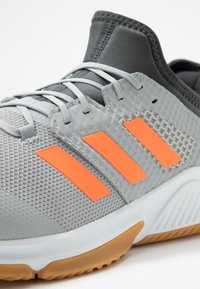 adidas Performance - COURT TEAM BOUNCE - Håndballsko - grey two/signal coral/grey six - 5