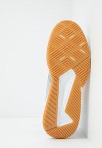adidas Performance - COURT TEAM BOUNCE - Håndballsko - grey two/signal coral/grey six - 4