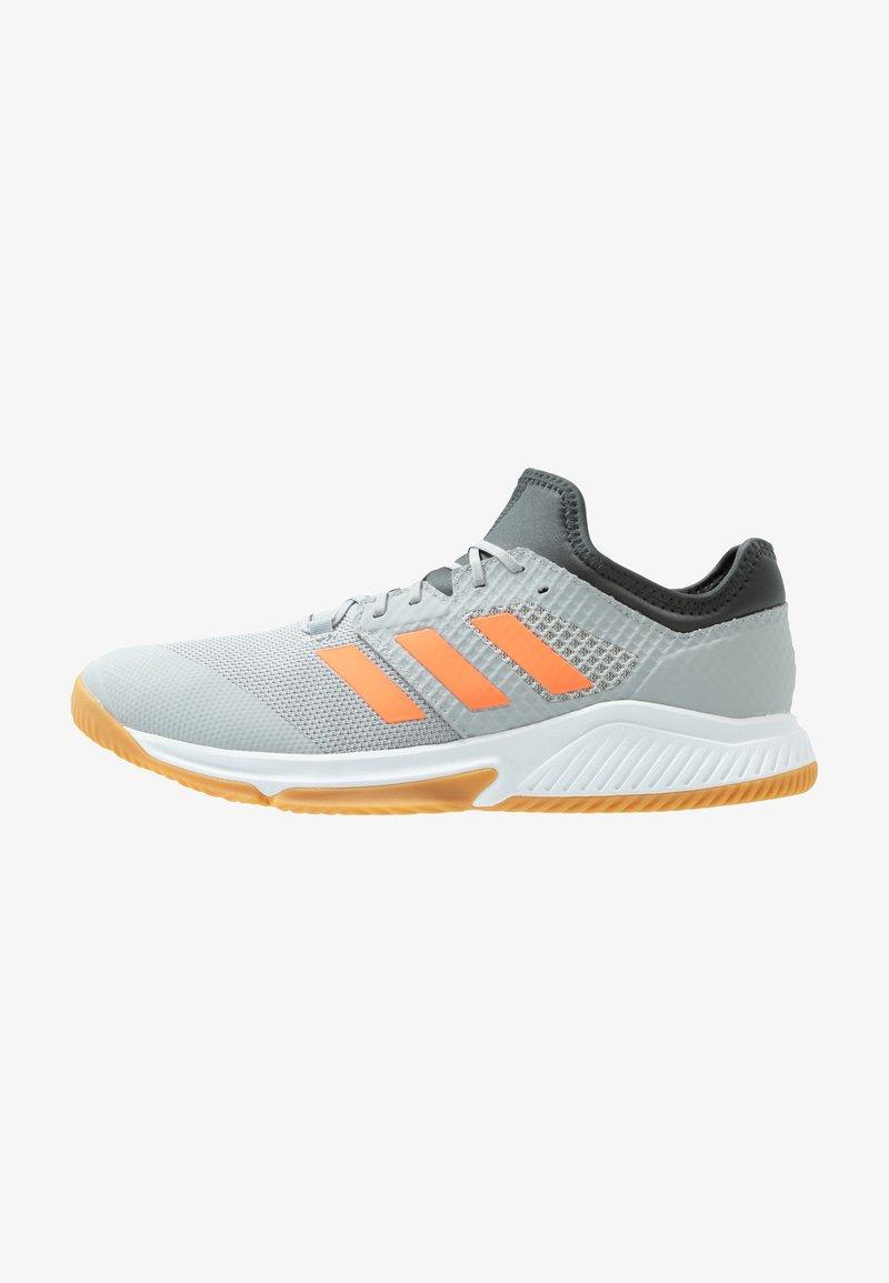 adidas Performance - COURT TEAM BOUNCE - Håndballsko - grey two/signal coral/grey six