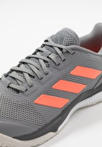 adidas Performance - STABIL BOUNCE - Käsipallokengät - grey three/signal coral/grey six - 5